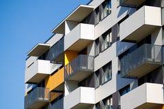 Modern en nieuw flatgebouw. stock afbeeldingen