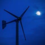 Modern energi för gräsplan för vindturbin Arkivbilder