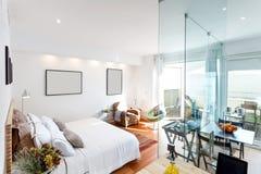 Modern enig slaapkamerhuis Stock Fotografie