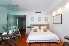 Modern enig slaapkamerhuis Stock Afbeeldingen