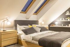 Modern entworfenes Schlafzimmer stockfotos