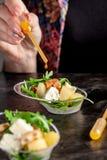 Modern Europees voorgerecht Minisalade met gorgonzola, peer en geroosterde cachou Sinaasappel die zich in juskom, capsule, pipet  royalty-vrije stock foto
