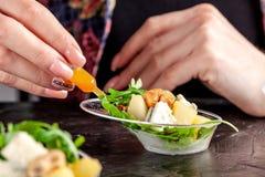 Modern Europees voorgerecht Minisalade met gorgonzola, peer en geroosterde cachou Sinaasappel die zich in juskom, capsule, pipet  royalty-vrije stock foto's