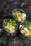 Modern Europees voorgerecht Minisalade met gorgonzola, peer en geroosterde cachou Sinaasappel die zich in juskom, capsule, pipet  stock afbeelding