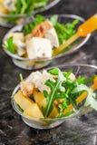 Modern Europees voorgerecht Minisalade met gorgonzola, peer en geroosterde cachou Sinaasappel die zich in juskom, capsule, pipet  stock afbeeldingen