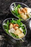 Modern Europees voorgerecht Minisalade met gorgonzola, peer en geroosterde cachou Sinaasappel die zich in juskom, capsule, pipet  royalty-vrije stock fotografie