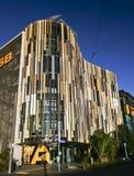 Modern färgrik louvered vinkande fasad och inverterat kanaliserat tak av ASB-bankhögkvarter, Wynyard fjärdedel, Auckland, Nya Zee arkivfoto