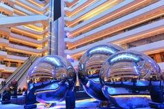 Œmodern för ¼ för ï för modern belysningplazakorridor inre kontorsbyggnad, modern affärsbyggnadskorridor, inre kommersiell byggna Arkivfoton