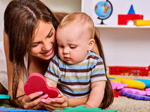 Modern för familjpusseldanande och behandla som ett barn Barnfigursågen framkallar barn Arkivfoto