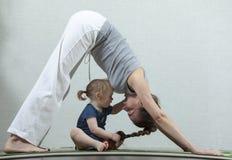 Modern för Hatha yogakondition med behandla som ett barn Royaltyfri Bild