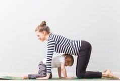 Modern för Hatha yogakondition med behandla som ett barn hem Royaltyfri Foto
