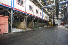 Modern förlorad återanvändande bearbetningsanläggning Separat avskrädesamling Återvinning och lagring av royaltyfri fotografi