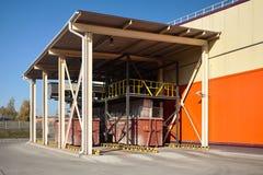 Modern förlorad sortering och återvinningsanläggning Ställe av avskrädebehållaresändningen med det videopd industriella landskape arkivfoton
