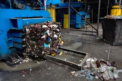 Modern förlorad sortering och återvinningsanläggningen, hydraulisk press gör royaltyfria bilder