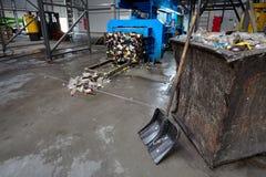 Modern förlorad sortering och återvinningsanläggningen, hydraulisk press gör royaltyfria foton