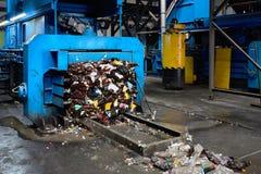 Modern förlorad sortering och återvinningsanläggningen, hydraulisk press gör den band balen från pressande ÄLSKLINGS- flaskor för royaltyfri bild