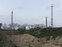 Modern fabrik i molnigt väder arkivfoton