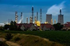 Modern fabrik på natten Royaltyfria Foton