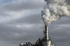 Modern fabrik som släpper dunster royaltyfri bild