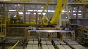Modern fabriksutrustning Robotar som arbetar på den industriella fabriken stock video