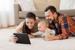 Modern fader och behandla som ett barn med minnestavlaPC hemma arkivbilder