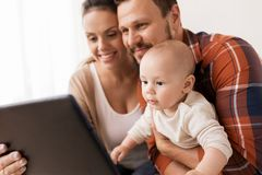 Modern fader och behandla som ett barn med minnestavlaPC hemma royaltyfria bilder