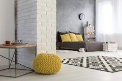 Modern falt med den dekorativa tegelstenväggen Royaltyfria Foton