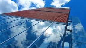 Modern fasad med reflexion av himmel och moln royaltyfri fotografi