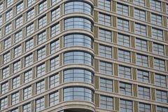 Modern fasadkontorsbyggnad av exponeringsglas Royaltyfri Bild