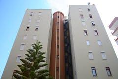 Modern flatgebouw met een wenteltrap stock afbeelding