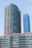 Modern flatgebouw met hemel Royalty-vrije Stock Foto's