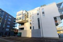 Modern flatgebouw met koopflats Royalty-vrije Stock Afbeeldingen