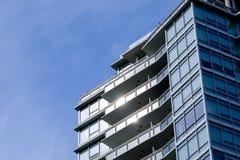 Modern flatgebouw met koopflats royalty-vrije stock foto
