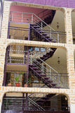 Modern flatgebouw met ladder Royalty-vrije Stock Foto's