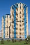 Modern flatgebouw na grijze metaalomheining dichtbij park Royalty-vrije Stock Fotografie