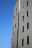 Modern flatgebouw op een achtergrond van de de zomerhemel Stock Foto