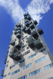 Modern flatgebouw tegen blauwe hemel met wolken, Tilburg, Nederland Stock Afbeeldingen