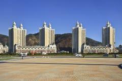Modern, flatgebouwen, Vierkant Xinghai, Dalian, China en een vijver Stock Fotografie