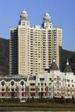 Modern, flatgebouwen, Vierkant Xinghai, Dalian, China en een vijver Royalty-vrije Stock Foto's