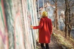Modern flicka som går runt om staden Royaltyfri Fotografi