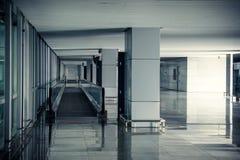 modern flygplatskorridorinre med inget royaltyfri foto