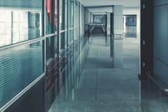 modern flygplatskorridorinre med inget tom flygplatslokal utan folk rak rulltrappa på golvet royaltyfri foto