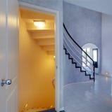Modern foajé Sikt av trappuppgången till källaren Royaltyfri Fotografi