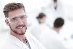 Modern forskare p? laboratoriumbakgrund arkivfoto
