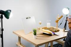 Modern fotografistudio med många sorter av stöttor och yrkesmässig utrustning royaltyfria foton