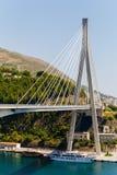 Modern Franzo Tudjman ` s kabel-blev bron i Dubrovnik, Kroatien royaltyfri foto