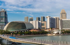 Modern futuristisk byggnader och bro Royaltyfri Bild
