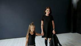 Modern går med hennes dotter i läderomslag arkivfilmer