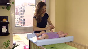 Modern gör fem månader att behandla som ett barn avslappnande massage för handfinger lager videofilmer