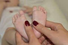 Modern gör massage på foten av att behandla som ett barn royaltyfri foto
